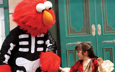 Spook Elmo with girl
